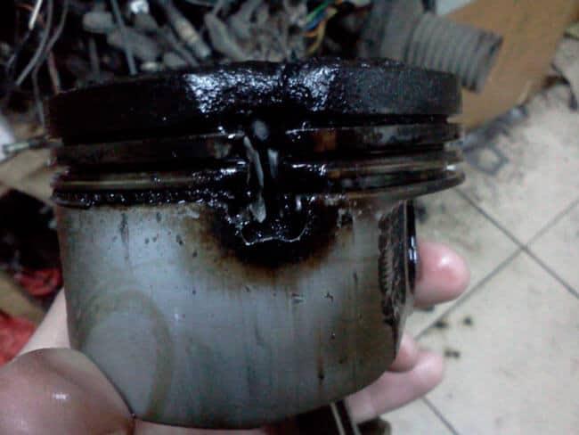 Причины попадания бензина в масло