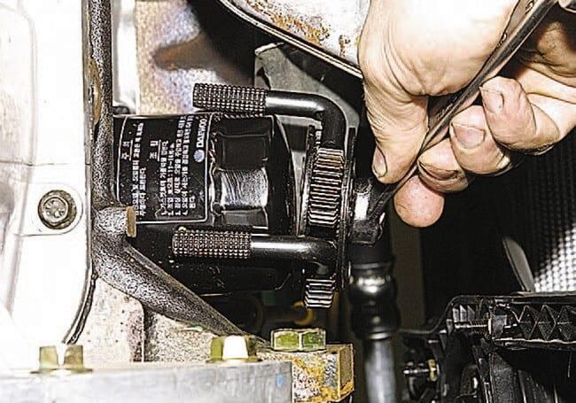 Смена масляной жидкости в двигателе «ДЭУ Нексия»