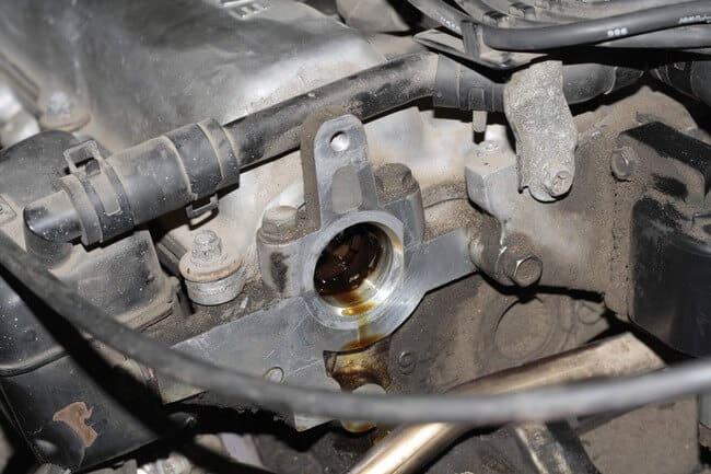 Причины утечки масла из автомобильного двигателя